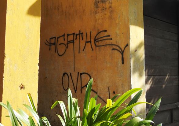 Tường vàng xưa Hội An đang bị graffiti băm nát - Ảnh 7.