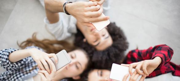 Trẻ dưới 13 tuổi không nên cho dùng smartphone - Ảnh 1.