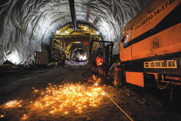 Ánh sáng hầm Cù Mông  đoạt giải cuộc thi ảnh Logistics Việt Nam - Những góc nhìn - Ảnh 1.