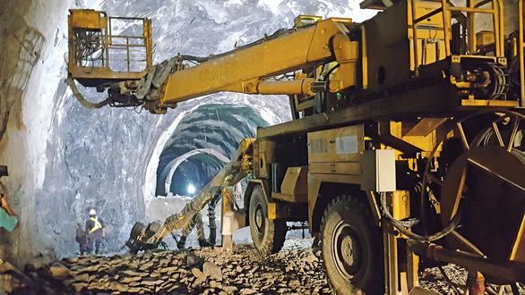 Theo chân thợ đào hầm xuyên núi - Ảnh 1.