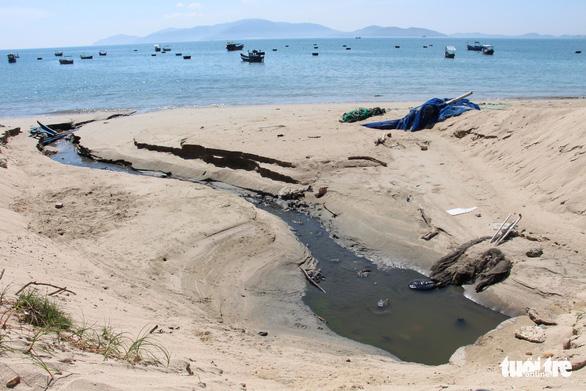 Rùng mình với cống nước thải xả trực tiếp ra vịnh Nha Trang - Ảnh 2.
