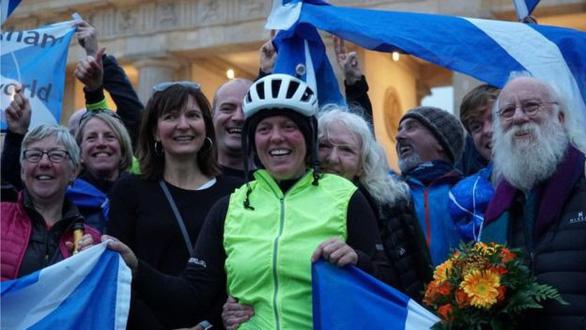 Jenny Graham lập kỉ lục đạp xe vòng quanh thế giới trong 125 ngày - Ảnh 1.