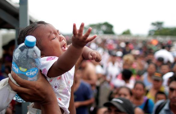 Mexico hé cửa biên giới cho người di cư nhưng ông Trump vẫn khen - Ảnh 1.