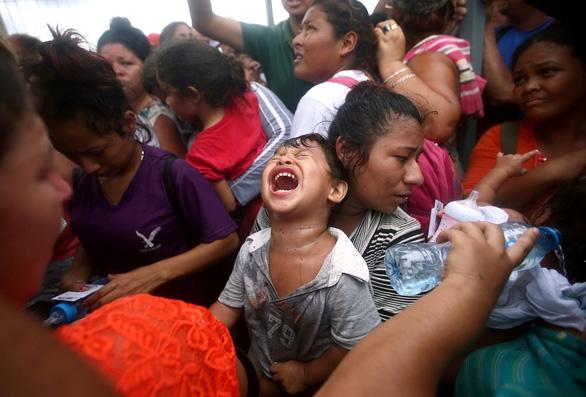Mexico hé cửa biên giới cho người di cư nhưng ông Trump vẫn khen - Ảnh 3.