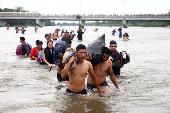 Mexico hé cửa biên giới cho người di cư nhưng ông Trump vẫn khen - Ảnh 4.