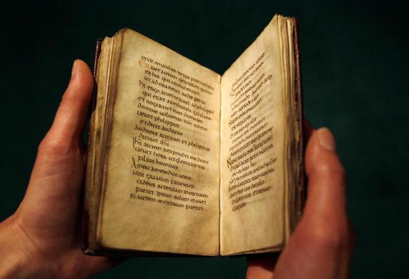 Thư viện Anh sẽ trưng bày Phúc âm John, cuốn sách 1.300 tuổi - Ảnh 2.