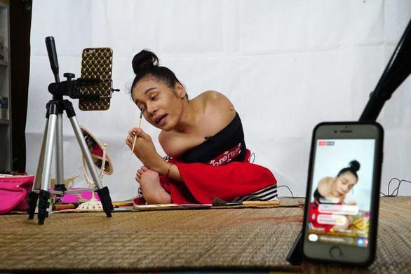 Cô gái không tay trở thành vlogger làm đẹp nổi tiếng - Ảnh 1.