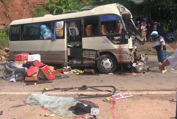 Xe đầu kéo đối đầu xe khách, hơn 10 người bị thương - Ảnh 2.