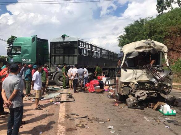 Xe đầu kéo đối đầu xe khách, hơn 10 người bị thương - Ảnh 1.