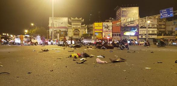 BMW lùa 5 xe máy dừng đèn đỏ, 1 người chết, nhiều người bị thương - Ảnh 1.