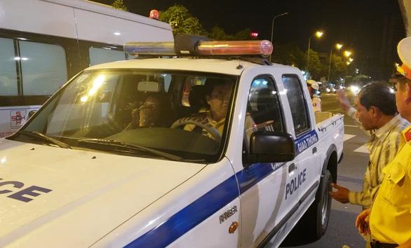 BMW lùa 5 xe máy dừng đèn đỏ, 1 người chết, nhiều người bị thương - Ảnh 6.