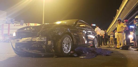 BMW lùa 5 xe máy dừng đèn đỏ, 1 người chết, nhiều người bị thương - Ảnh 3.
