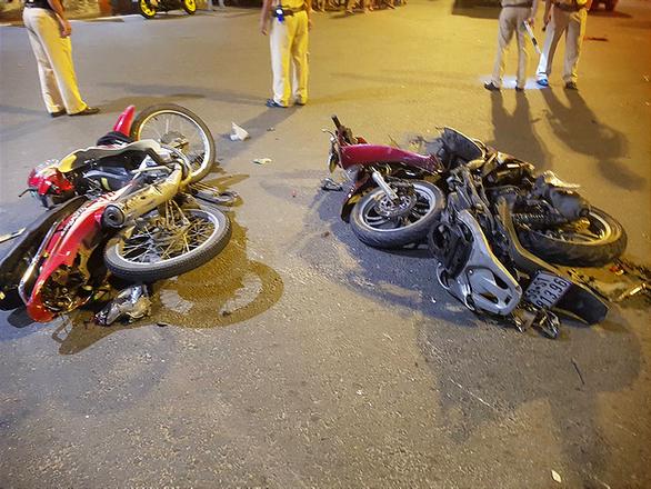 BMW lùa 5 xe máy dừng đèn đỏ, 1 người chết, nhiều người bị thương - Ảnh 2.