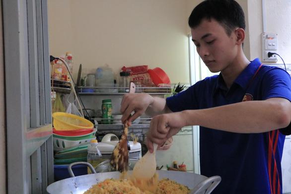 Sinh viên khởi nghiệp với nghề bán cơm online ở làng đại học - Ảnh 1.