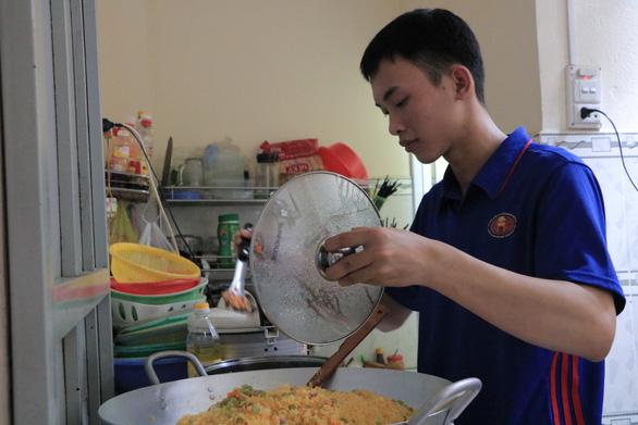 Sinh viên khởi nghiệp với nghề bán cơm online ở làng đại học - Ảnh 2.