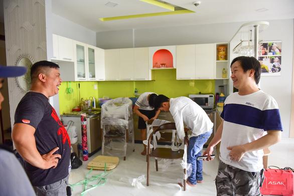 Cư dân chung cư Carina trở về nhà sau vụ cháy thảm khốc - Ảnh 4.
