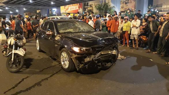 BMW lùa 5 xe máy dừng đèn đỏ, 1 người chết, nhiều người bị thương - Ảnh 4.