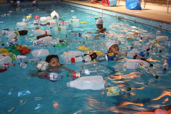 Trường cho học sinh bơi trong bể ô nhiễm để dạy về rác nhựa - Ảnh 7.