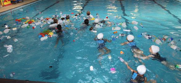 Trường cho học sinh bơi trong bể ô nhiễm để dạy về rác nhựa - Ảnh 6.