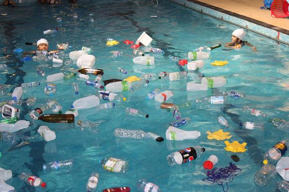 Trường cho học sinh bơi trong bể ô nhiễm để dạy về rác nhựa - Ảnh 4.