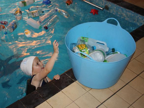 Trường cho học sinh bơi trong bể ô nhiễm để dạy về rác nhựa - Ảnh 5.