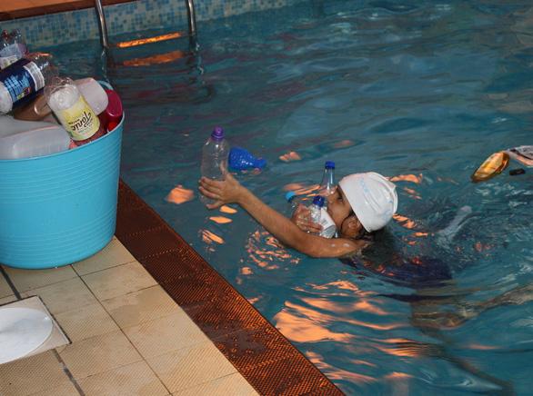 Trường cho học sinh bơi trong bể ô nhiễm để dạy về rác nhựa - Ảnh 3.