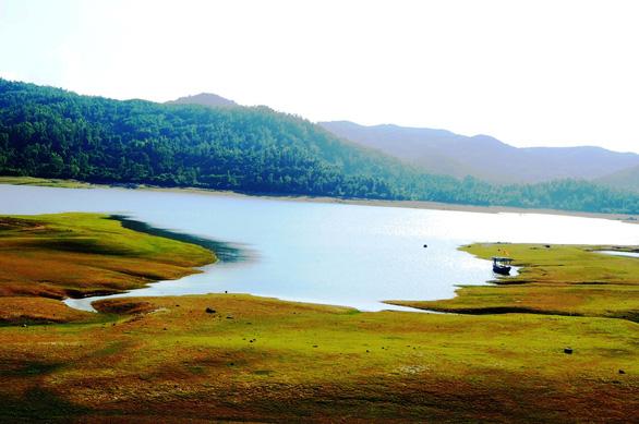 Cuối tuần đi ngắm hồ Phú Ninh mùa nước cạn - Ảnh 1.