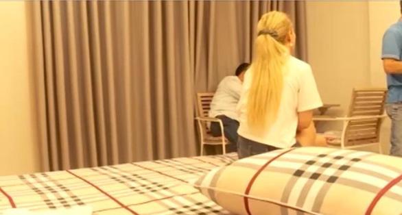 Khởi tố tú ông đường dây bán dâm của các cô gái nước ngoài - Ảnh 3.