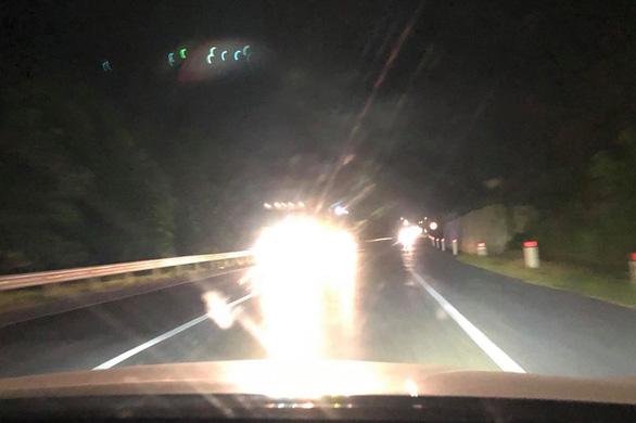 Từ chối kiểm định ôtô độ đèn có cường độ chiếu sáng sai quy định - Ảnh 1.