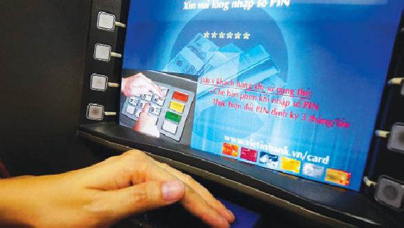 VietinBank bắt quả tang người Trung Quốc rút trộm tiền ATM - Ảnh 1.