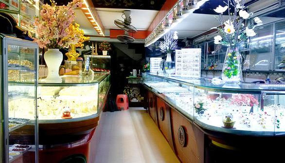 Vụ đổi 100 USD: Bất thường từ lệnh khám nhà chủ tiệm vàng
