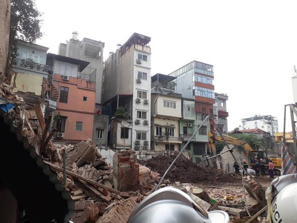 Sập nhà ở Hà Nội, cụ bà 82 tuổi bán trà đá thoát chết gang tấc - Ảnh 1.