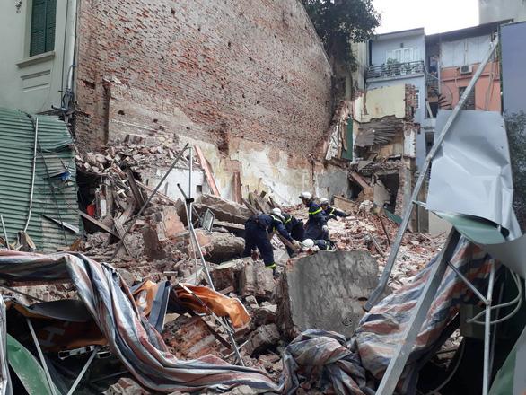 Sập nhà ở Hà Nội, cụ bà 82 tuổi bán trà đá thoát chết gang tấc - Ảnh 2.