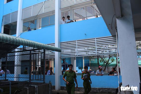 Nữ nhân viên y tế nhảy từ lầu 2 bệnh viện tử vong - Ảnh 2.