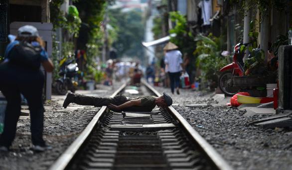 Đường sắt chạy qua phố cổ Hà Nội lên báo Pháp - Ảnh 1.