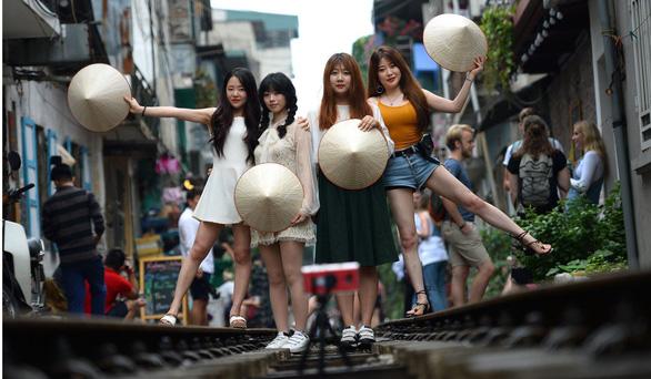 Đường sắt chạy qua phố cổ Hà Nội lên báo Pháp - Ảnh 2.
