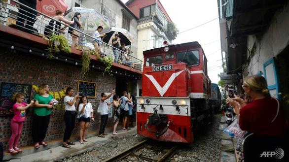 Đường sắt chạy qua phố cổ Hà Nội lên báo Pháp - Ảnh 3.