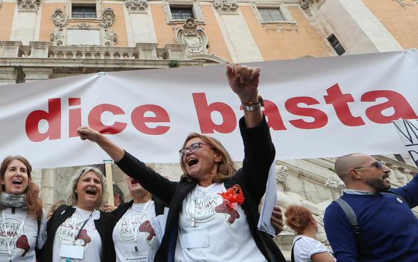 Dân Roma biểu tình vì thành phố quá nhiều ổ gà - Ảnh 1.
