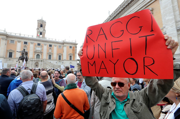 Dân Roma biểu tình vì thành phố quá nhiều ổ gà - Ảnh 4.