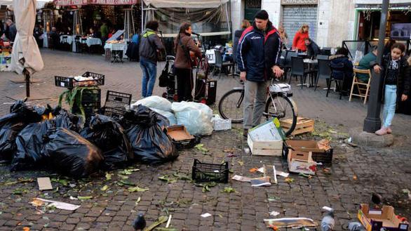 Dân Roma biểu tình vì thành phố quá nhiều ổ gà - Ảnh 3.