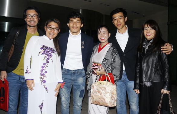 Khán giả Tokyo mặc áo dài, kimono đi xem Song Lang - Ảnh 1.