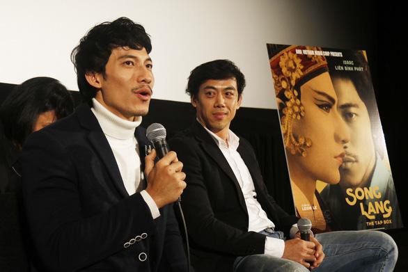 Khán giả Tokyo mặc áo dài, kimono đi xem Song Lang - Ảnh 4.