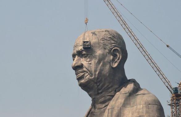 Nông dân Ấn Độ nghèo đói ngắm tượng đài hoành tráng 430 triệu USD - Ảnh 1.