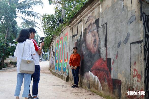 Con đường graffiti hút hồn bạn trẻ xứ Huế - Ảnh 1.