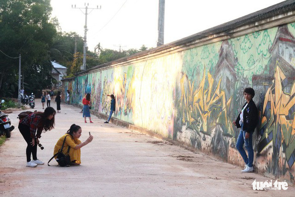 Con đường graffiti hút hồn bạn trẻ xứ Huế - Ảnh 2.