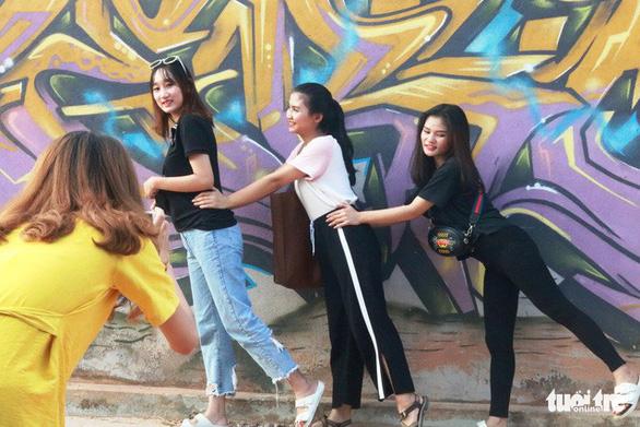 Con đường graffiti hút hồn bạn trẻ xứ Huế - Ảnh 7.