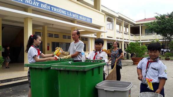 Tiếng kẻng nhặt rác: không chỉ là trách nhiệm của cô lao công - Ảnh 1.