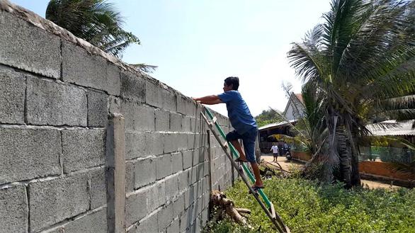 Dự án bít lối, dân leo tường ra biển - Ảnh 7.