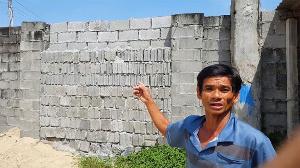 Dự án bít lối, dân leo tường ra biển - Ảnh 4.