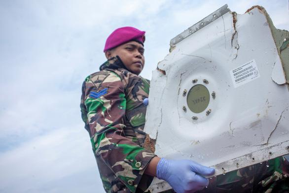 Đã tìm thấy hộp đen chiếc máy bay rơi ở Indonesia - Ảnh 3.